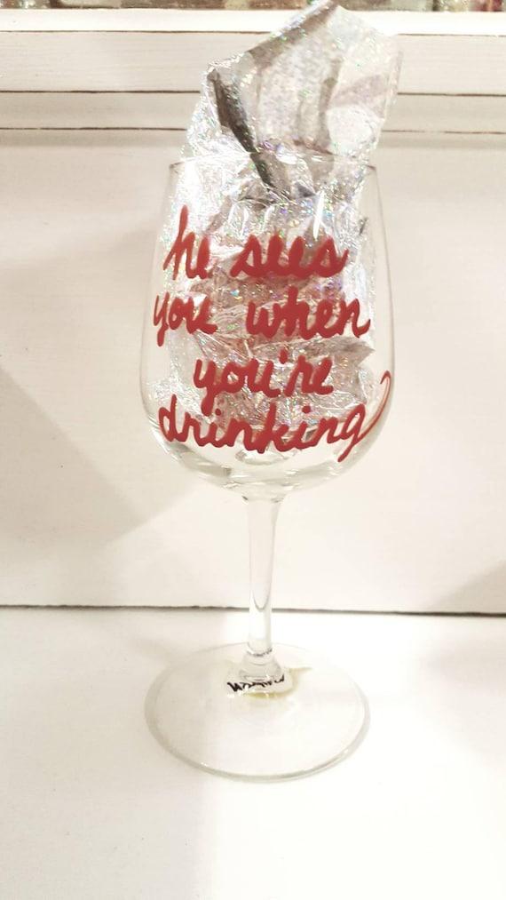 Il voit vous lorsque vous buvez un verre de vin à la main peint OOAK citation disant verrerie rende bar nouveauté cadeau personnalisé sur mesure