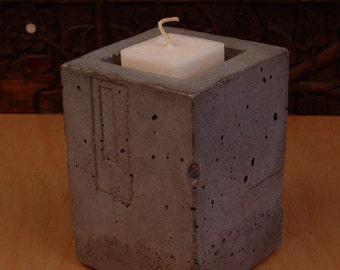 Porte-bougie sculpturale unique. par JJL, fait de béton. Style de mystère, bougeoir en béton
