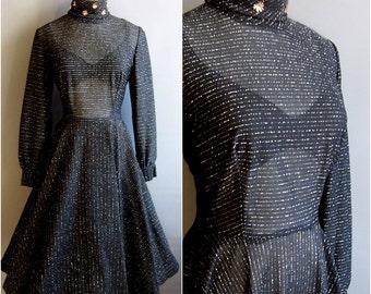 d063ee92098bc7 pure zwarte jurk met volledige cirkel rok en gouden en zilveren lurex  strepen van de jaren 1950 jurk jaren 1970 jurk coltrui