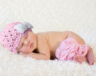 NEWBORN  Girl Hat, 0 to 1 Months Baby Girl Hat, Baby Girl Flapper Beanie, Pale Pink with White Bow. Great for Photo Props. Baby Shower Gift.