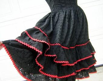 60c139ed2d17 Voller Rock Sissy Kleid Triple Tier Rüschen schwarz Öse mit roten Ric Rac  Trim - 50er Jahre Rockabilly Viva Las Vegas Spaß Modus O  Day