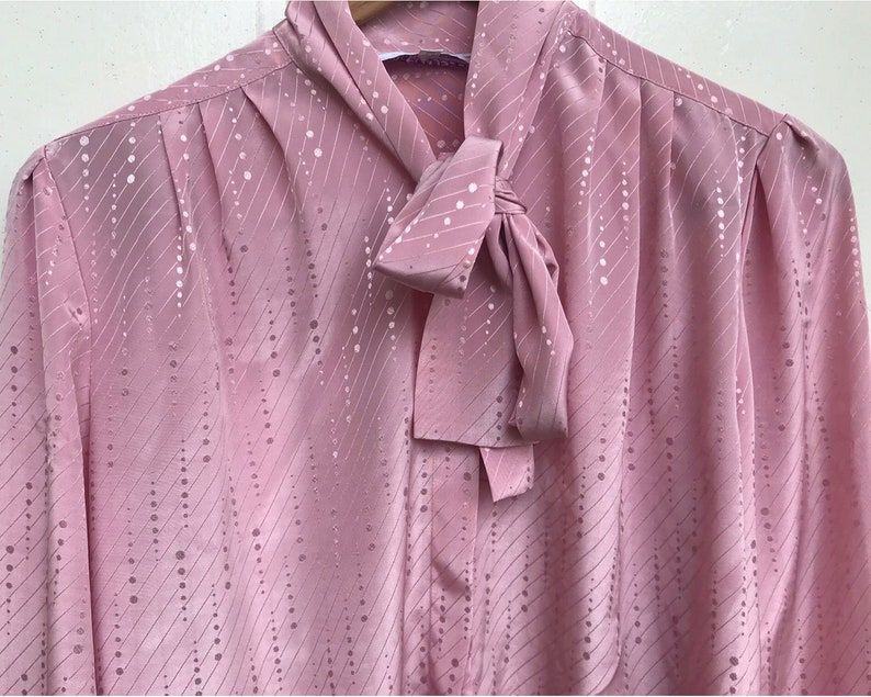 Blouse Company for The Broadway 80s Secretary Ladylike Pussy Bow Blouse in Iridescent Rose Pink Polka Dot Stripe Print size Medium by L.A