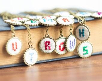 Eerste ketting, gepersonaliseerd, hand geborduurd, bruidsmeisjes sieraden, eerste sieraden, aangepaste kleur i001