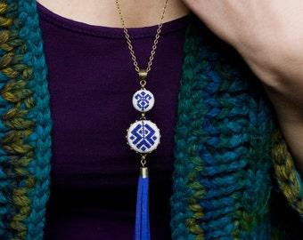 Etnische geïnspireerd ketting met donkerblauw cross stitch en suède franje n065