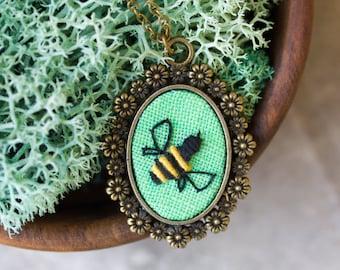 Bee necklace - natuur geïnspireerd hand geborduurd sieraden n073
