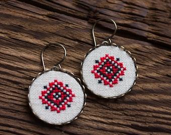 Oekraïense cross stitch dangle oorbellen - rood en zwart - etnische collectie e028