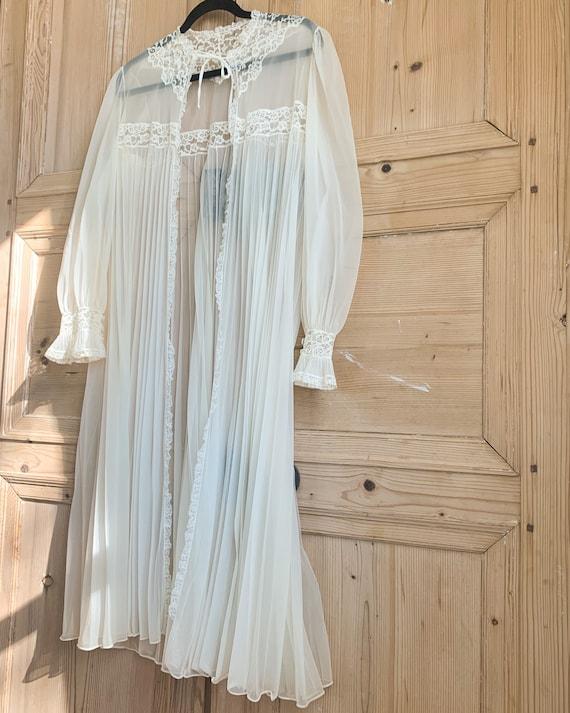 Vintage Pleated Lace Robe. VNTG White Lingerie. Vi