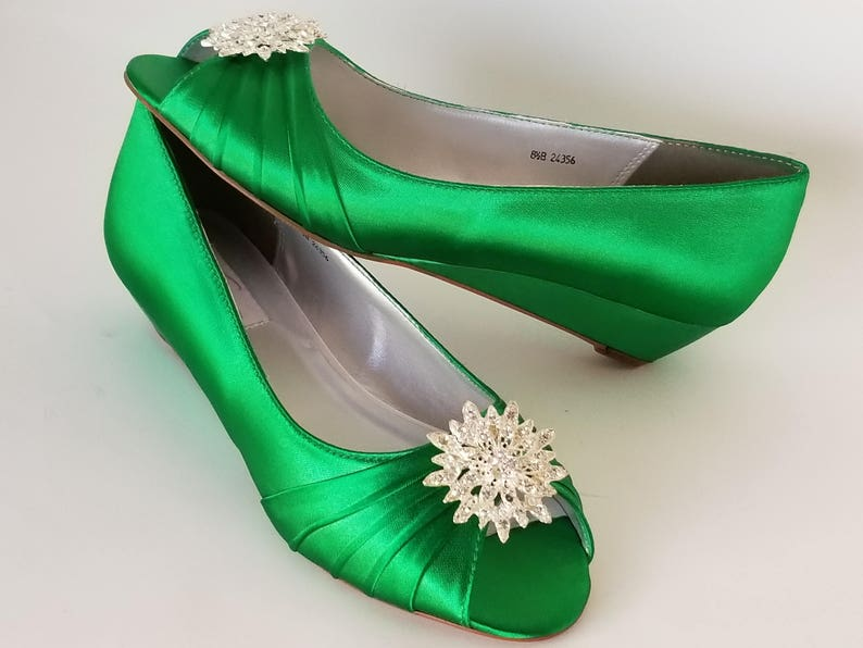 78a29f40b7d Kelly Green Wedding Shoes with Crystal Flower Brooch Kelly Green Bridal  Shoes - 100 Color Choices - Kelly Green Wedges