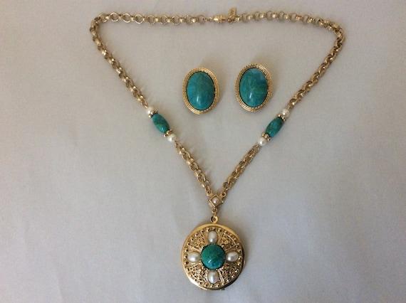 1928 faux pearl faux green stone locket pendant ne