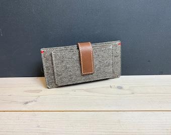 4f845040493 Vilt iPhone portemonnee met magnetische lederen sluiting. Zuivere wol Dutch  design voor iPhone en kaarten. iPhonegeval met extra zakken.