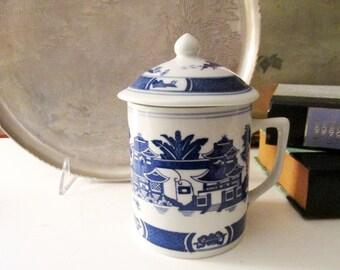 Chinoiserie Blue and White Mug With Lid, Oriental Mug, Blue Willow Style Mug, Vintage Coffee Mug, Gift For Tea Lover