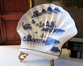 Blue and White Decorative Tray, Shell Shape Blue Willow Style , Chinoiserie Valet, Porcelain Catchall, Entry Table Decor, Palm Beach Decor
