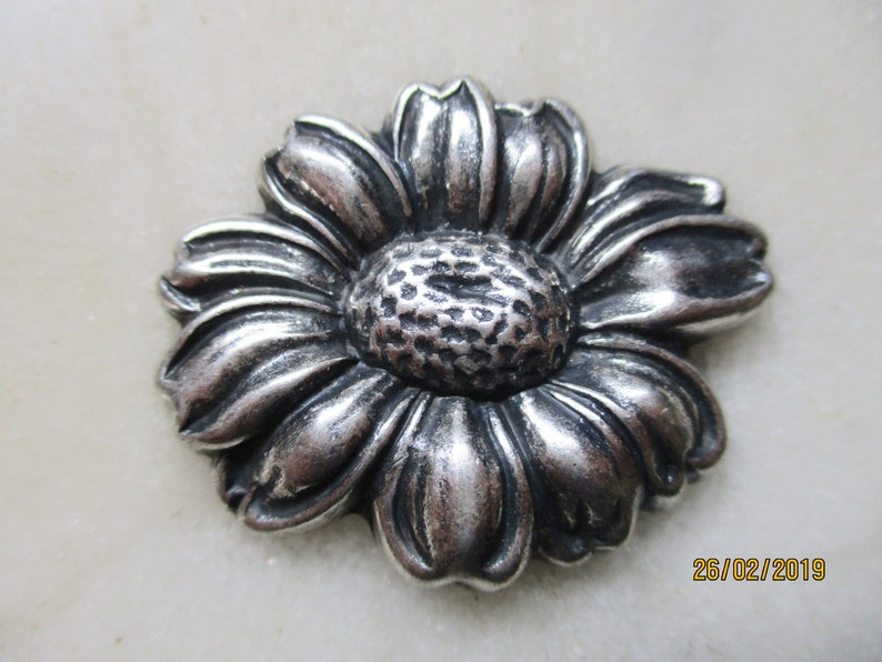 Daisy 8 Antiqued Gold Flower Charms 37mm