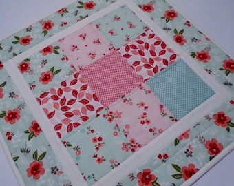Spring Flowers Quilted Table Topper in Mint and Pink, Retro Floral Table Quilt, Vintage Style Quilted Table Runner, Quilted Candle Mat
