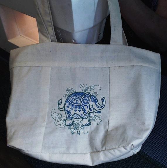 """Grand 10 """"x 13"""" sac cabas doublé avec éléphant de Mendhi brodé sur le devant et personnalisation sur dos"""