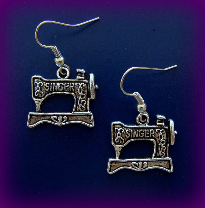 Quilter FEATHERWEIGHT style Jewelry SINGER Sewing Machine KEYCHAIN Jewelry