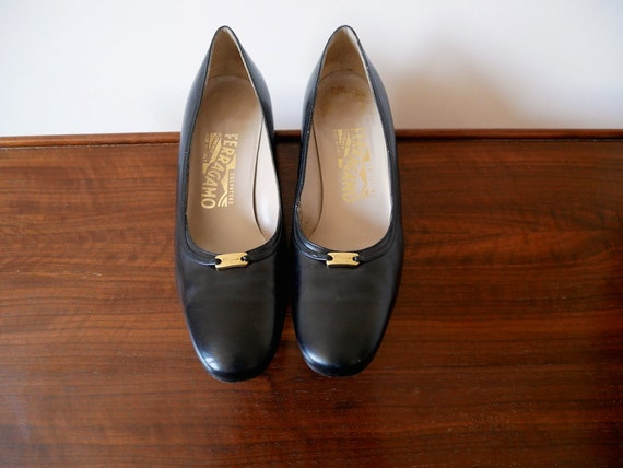 1970s Ferragamo Black Leather Pumps / designer vin
