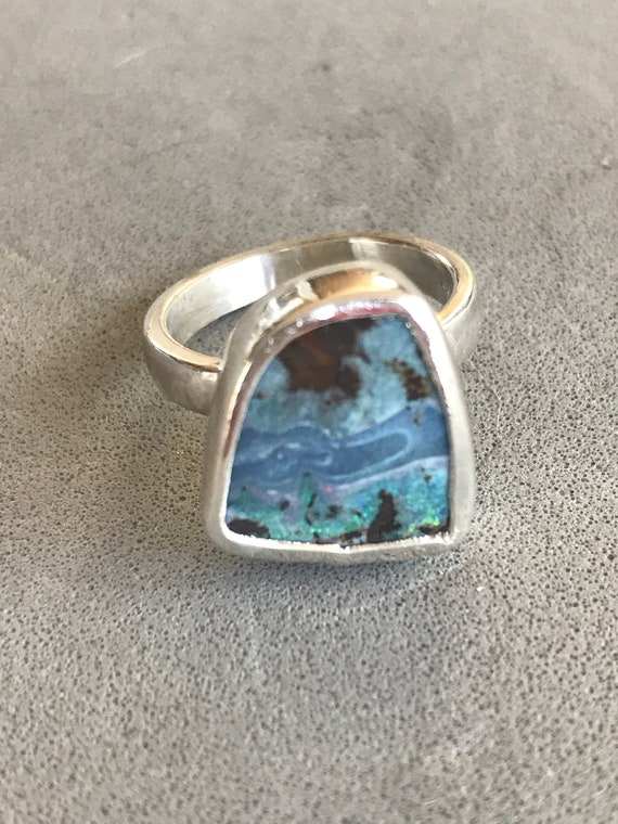 Blues in this freeform Boulder Opal ring