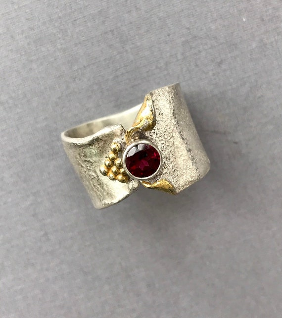 Garnet with gold reticulated ring