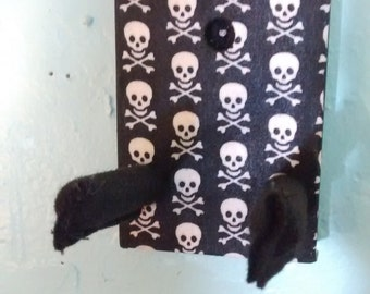 Skull and cross Bones design Ukulele wall hanger.