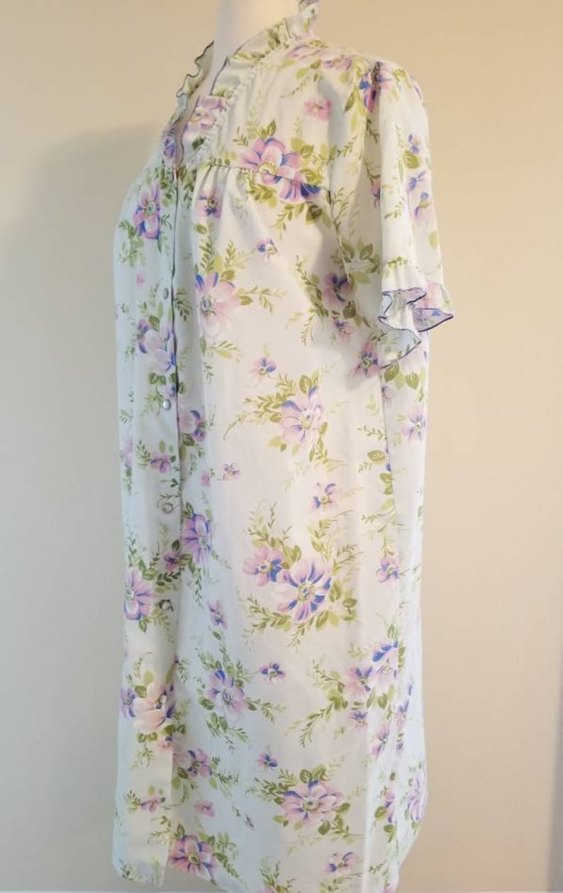 Vintage House Dress Robe with Pearl Snap Buttons Pastel Floral size Medium made by Heiress