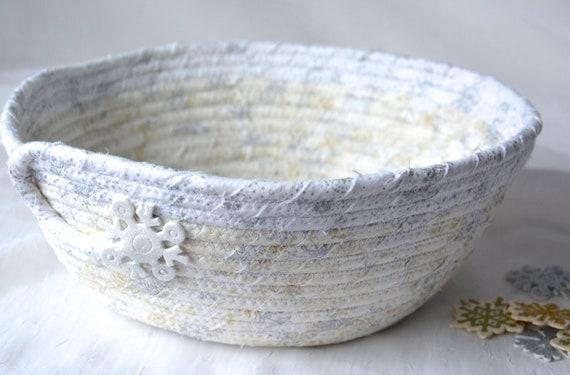 White Snow Home Decor, Handmade Display Bowl, Winter Fruit Bowl, Potpourri Bowl, Elegant Silver Snowflake Basket, Artisan Quilted