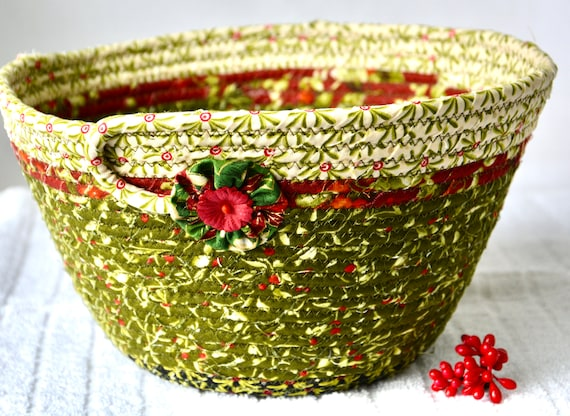 Christmas Napkin Basket, Holly Berry Decor, Christmas Card Bowl, Homemade Home Decor, Holiday Decoration, Textile Quilted Art, Fruit Bowl