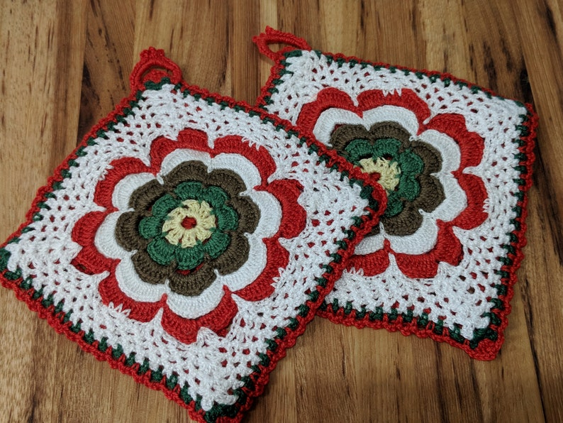 Christmas Colors Trivets Dishcloths Flower Design Set of Two New Crocheted Potholders Cookware Kitchen Items Hot Pads Housewarming