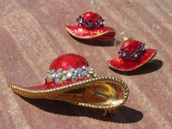 LARGE RED HAT SHAPED RED ENAMEL GOLD TONE RING FOR RED HAT LADIES OF SOCIETY