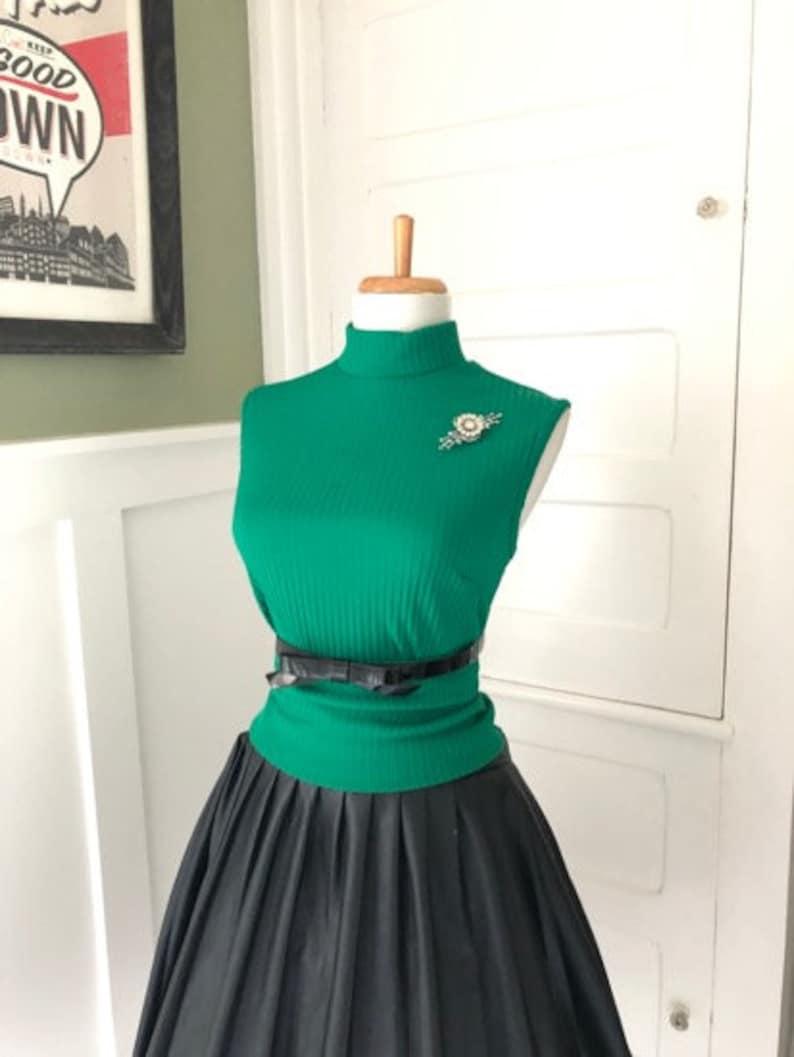 Top en tricot vert années 60 madmen pinup