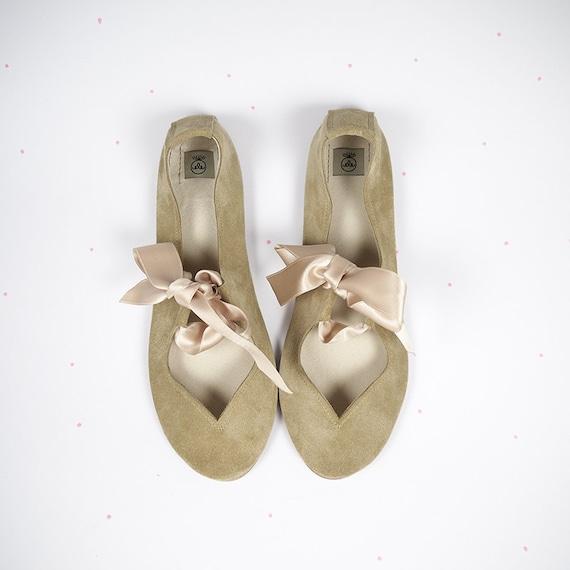 Ballerinas mit Schleife. Ballerinas. Schuhe der Frauen. Mary Jane Schuhe. Brautschuhe. Flache Schuhe. Ballerina Schuhe. Sand Creme Schuhe