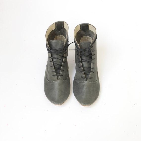 Vrouwen geregen stijlvolle lage hak enkel laarzen in grijs zacht Italiaans rundleder Elehandmade schoenen