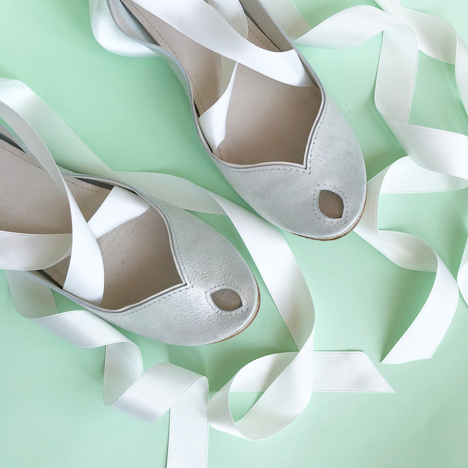 ballet flats with ribbons. wedding shoes flats. satin ribbon shoes. bridal shoes. bridal low heel shoes. peep toe flats. white g
