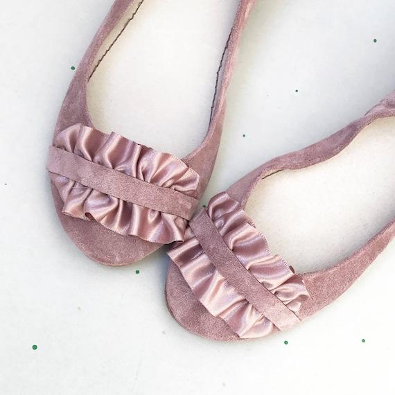 Brautschuhe. Hochzeit Ballerinas mit Satinband. Satin Braut niedrigem Absatz Schuhe. Rose Lederschuhe. Rüschen Schuhe. Brautjungfern Geschenk
