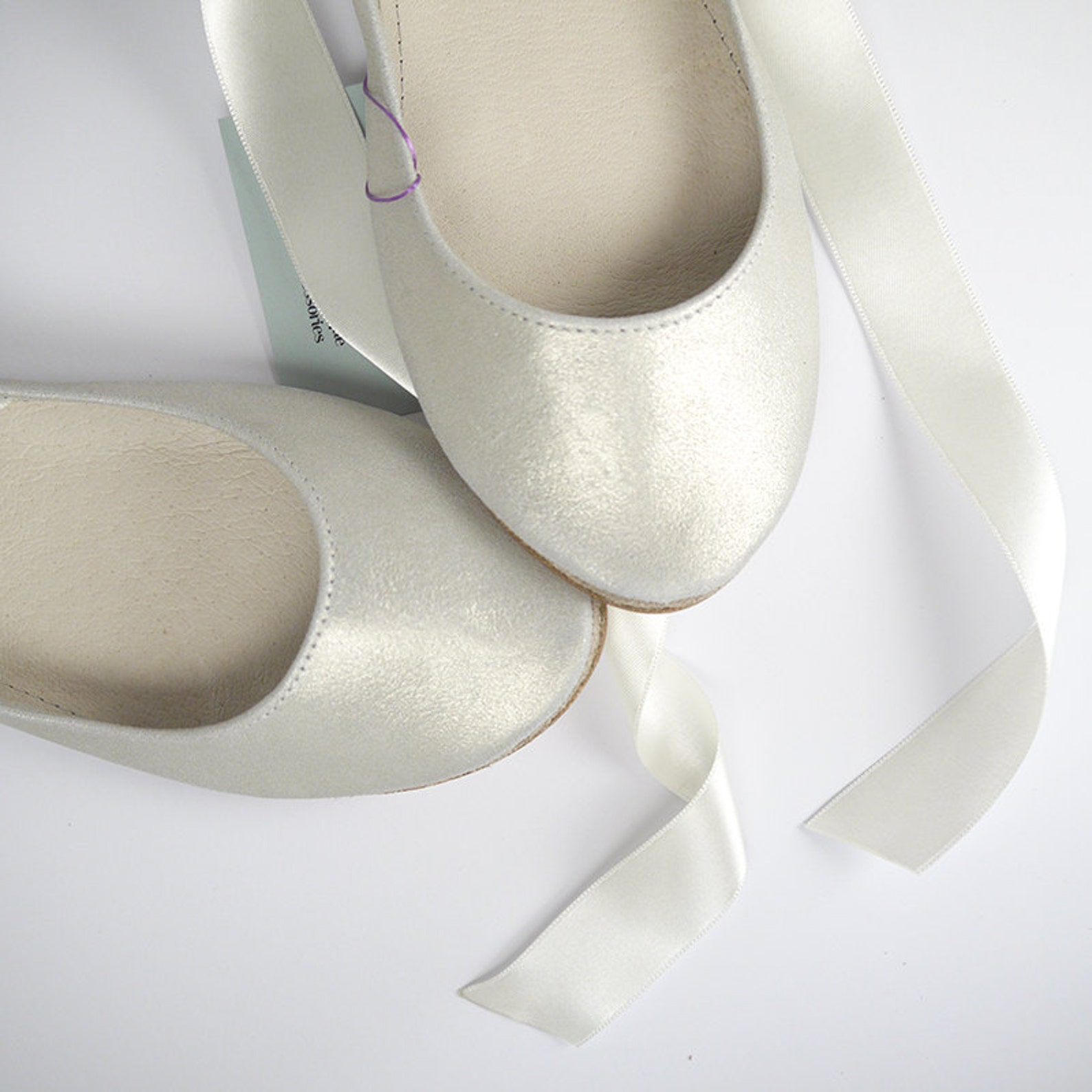 bridal low heel ballet flats shoes in ivory leather and satin ribbons, wedding shoes flats, elehandmade shoes, scarpe sposa, bra