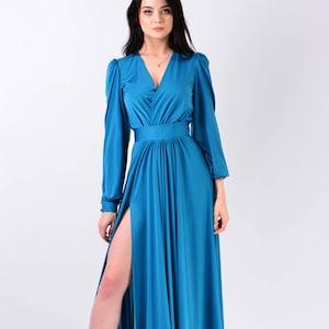 Blaues langes kleid mit schlitz