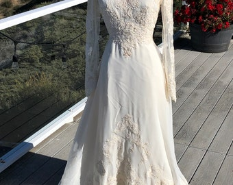 Lace Sleeves  Pretty Vintage 1960/'s Wedding Dress* Size Large .Long Lace VeilTrain.Satin Long Sleeve Dress.Cream Satin With Lace Applique