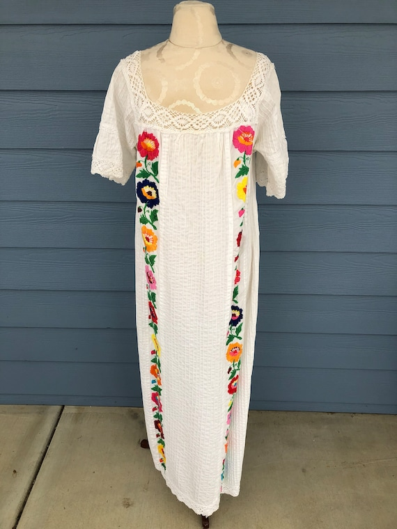 Vintage Womens Long White Mexican Embroidered Folk