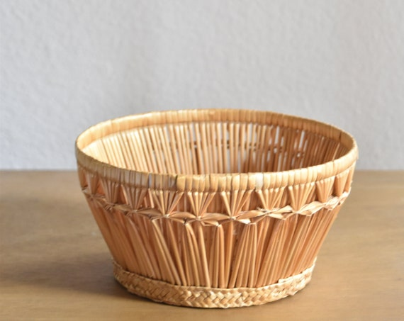 small intricate woven straw bowl basket / flower pot planter / geometrical pattern planter