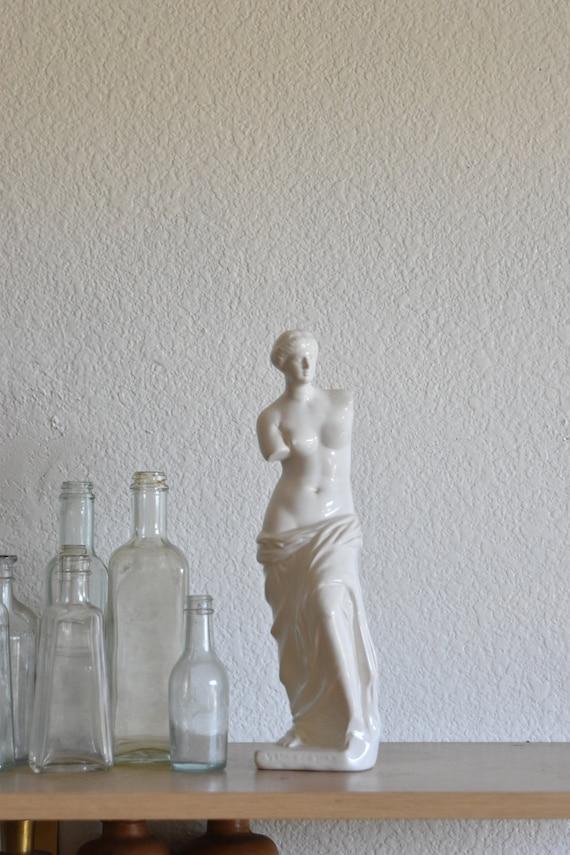 minimilist nude ancient greek woman statue / venus goddess