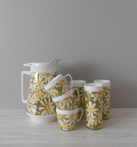 retro daisies by thermo serv insulated pitcher with tumblers and cups / set of 7