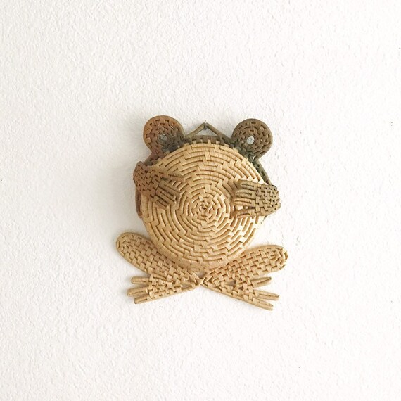 wall hanging woven straw frog basket figurine | note mail holder organizer