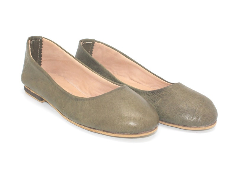 Leather shoes in olive green ballet