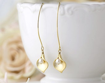 Gold Calla Lily Earrings with pearls, Calla Lily Jewelry, Bridal Earrings. Wedding Jewelry. Mothers Day gift, Gif for Mom Wife Girlfriend