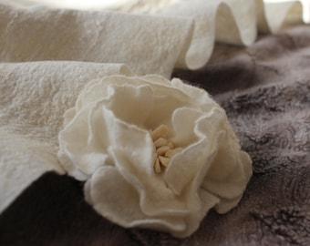 Wedding Flower Brooch, Felt Wool Brooch, Fabric Brooch, Wedding Day Gift, Winter Jewelry, Bride Jewelry, Modern Jewelry, White Brooch