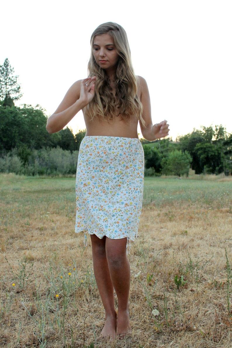 THYME 1950/'s Half Slip Nylon Ultra Feminine Vibrant Floral Lingerie Undergarment Gaymode Scalloped Hemline
