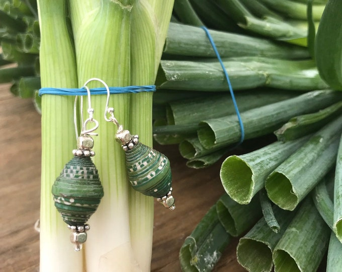 Sterling silver Kelly green paperbead earrings / ecofriendly jewelry
