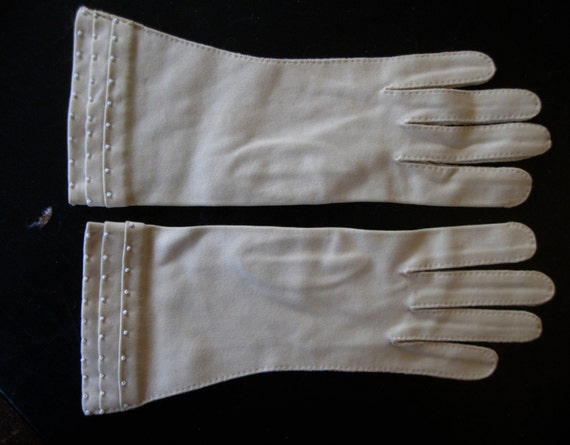Vintage 1960s Light Taupe Ladies Gloves with White