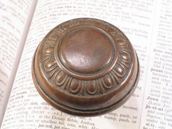 Latin knob