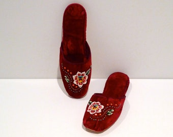 d1b96d6673396 Beaded Floral Velvet Slippers Vintage Chinese Embroidered Flower Fabric  Shoes Size 41 Size 9 China Sequined Flats Mules Plattermatter